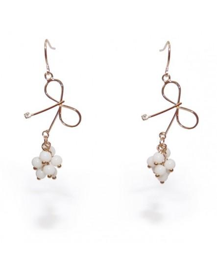 Noeud en ruban de métal et perles blanches  (Boucles d'oreilles)