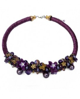 Soie violette, fleurs et papillons sur un buisson de perles (Collier)