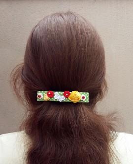 Jardin d'été : pince a cheveux multicolore, roses en stain et papillons