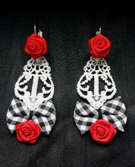 pin up passionnée, boucles d'oreilles aux roses rouge