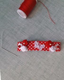 Carmen rouge et blanche : pince a cheveux aux roses de satin sur motifs a pois