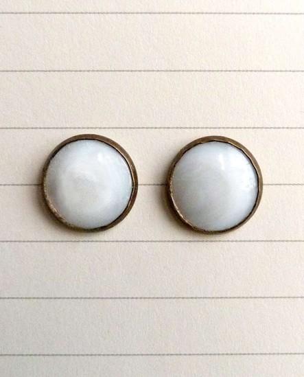 cabochon rond de nacre blanc cassé, boucles d'oreilles puces style rétro