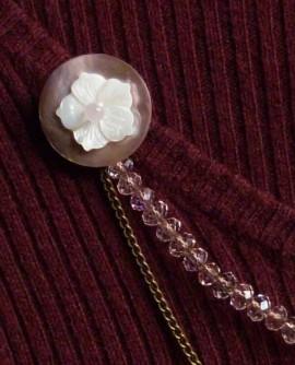Bijoux de corsage rose  aux fleurs blanche - Broche double avec chainette