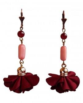 nacre rose et pompon rouge bordeaux, boucles d'oreilles pendantes style rétro