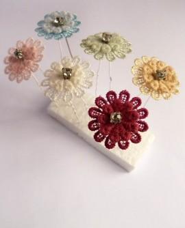 épingles à chignon, fleurs de dentelle rose pastel et strass, coiffure de mariage
