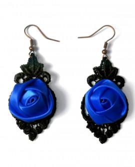 boucles d'oreilles : dentelle noire et fleur de satin rose fuchsia
