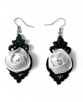 Boucles d'oreilles en noir et blanc, dentelle et fleur