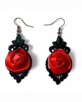 rose rouge vif et dentelle noire : des boucles d'oreilles légères