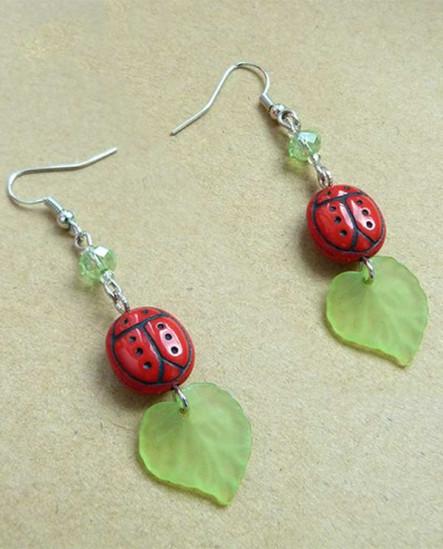 Boucles d'oreilles coccinelle rouge et feuille verte