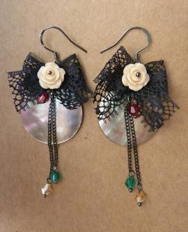 Boucles D'oreilles esprit vintage, dentelle noire et fleurs roses