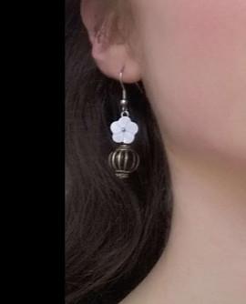 Boucles D'oreilles à fleur blanche et pampille noire et or