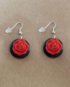 Boucles D'oreilles : roses rouges rétro sur disques noirs