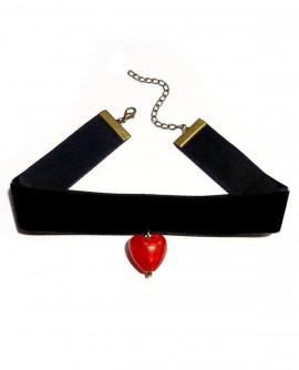 Collier ras de cou noir avec un coeur rouge