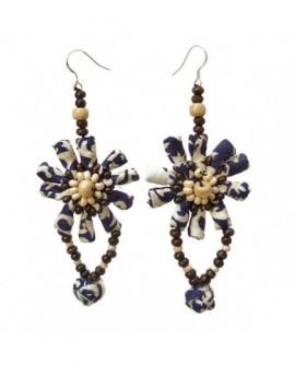 Fleur en coton beige et bleu nuit, perles en bois (boucles d'oreilles avec attaches en argent 925 )